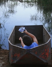 enfant ocean credit Felicia-Simion-Felix-and-the-boat.jpg